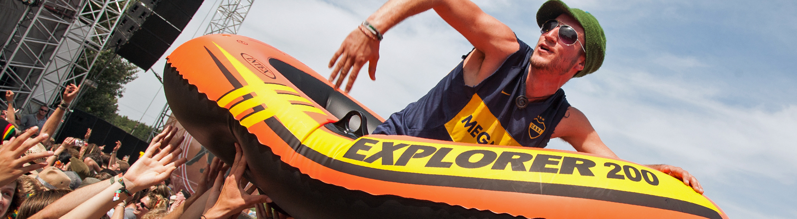Michael Fritz von Viva con Agua beim Crowdsurfing im Schlauchboot.