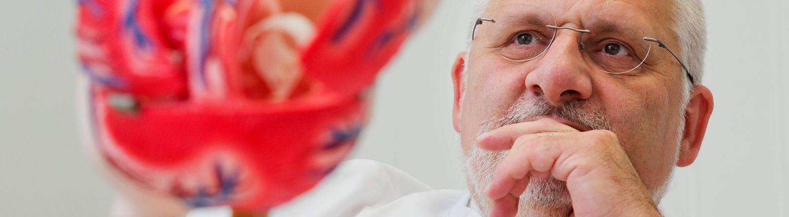 Der Mediziner Jürgen Schäfer erforscht seltene Krankheiten.