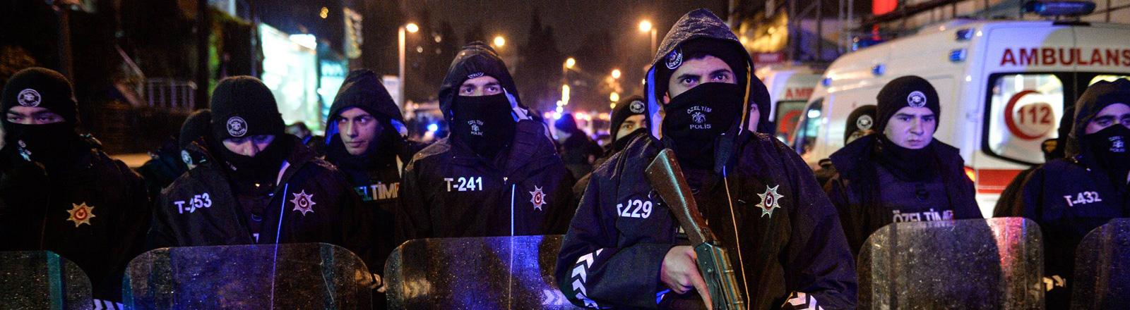 """Polizisten sichern weiträumig den Istanbuler Nachtclub """"Reina"""", in dem in der Silvesternacht 2017 ein Anschlag verübt wurde."""