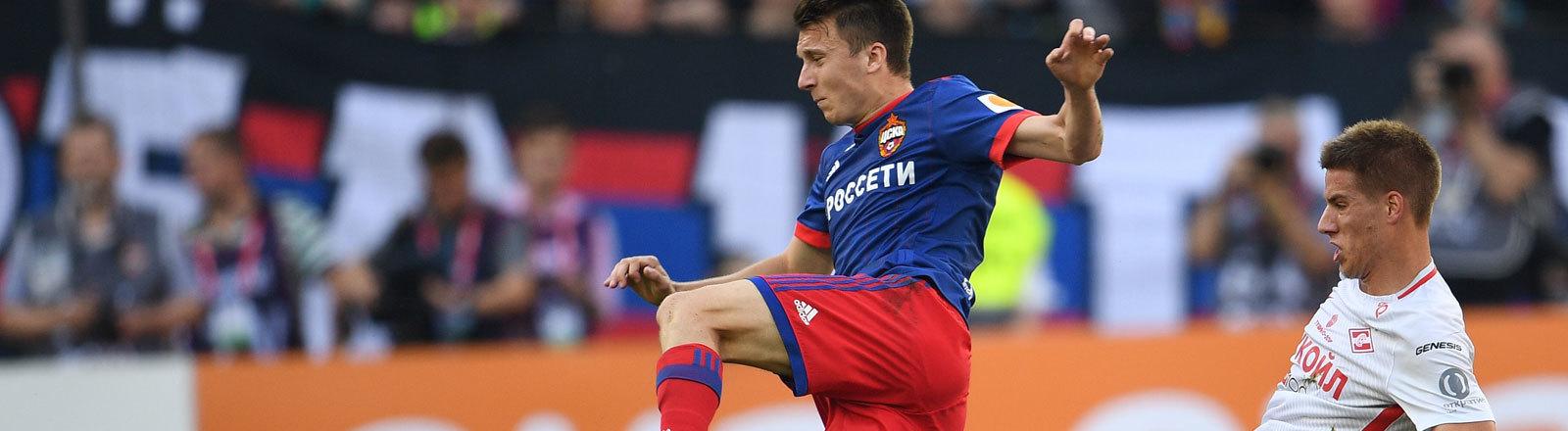 CSKA's Aleksandr Golovin, links, und Spartak's Mario Pasalic bei einem Spiel der 1. Liga.
