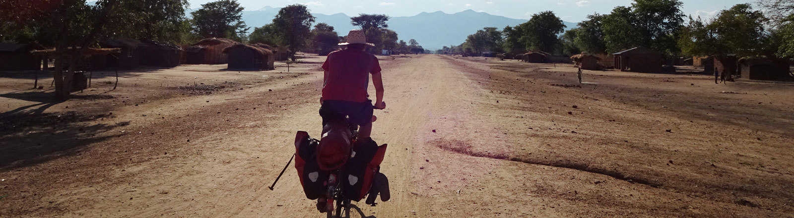 Anselm Nathanael Pahnke mit dem Fahrrad unterwegs in Malawi