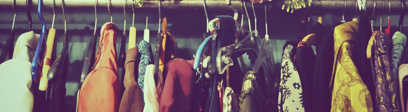 Blick in einen Kleiderschrank