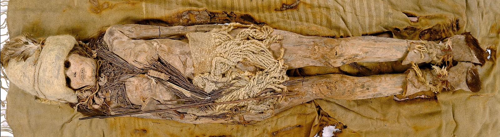 Die mumifizierte Leiche einer Frau aus dem Gräberfeld Xiaohe in der westchinesischen Region Xinjian liegt am 10.05.2006 auf einem Tuch. Um den Hals liegen Bröckchen von 4000 Jahre altem Käse.