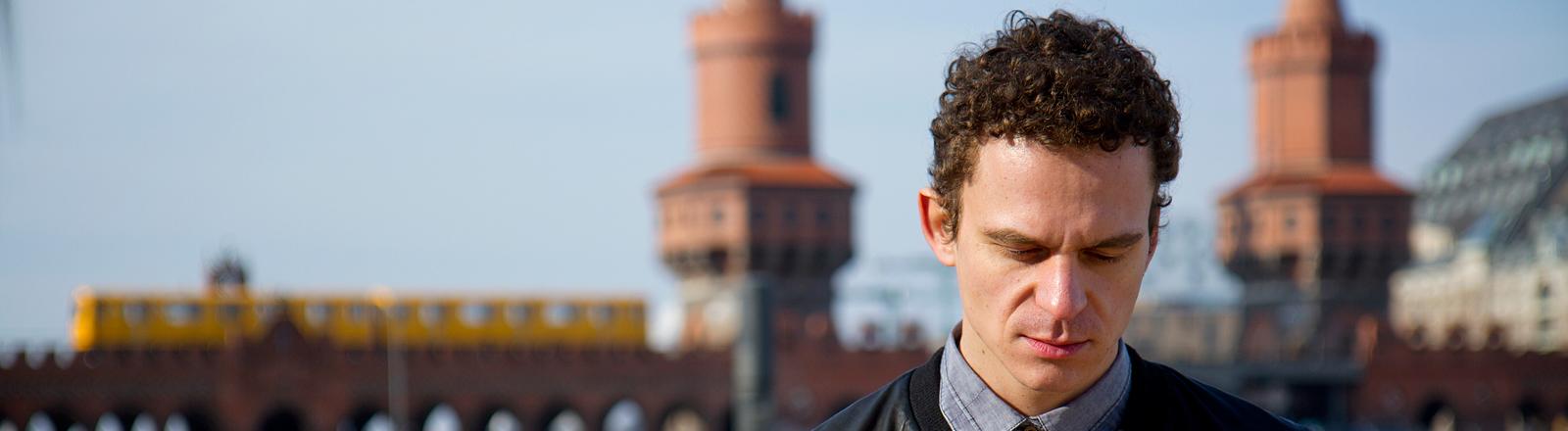 Autor Christian Huber an der Oberbaumbrücke in Berlin.