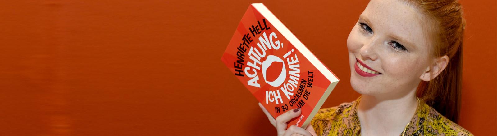 """Henriette Hell präsentiert ihr Buch """"Achtung, ich komme! In 80 Orgasmen um die Welt"""""""