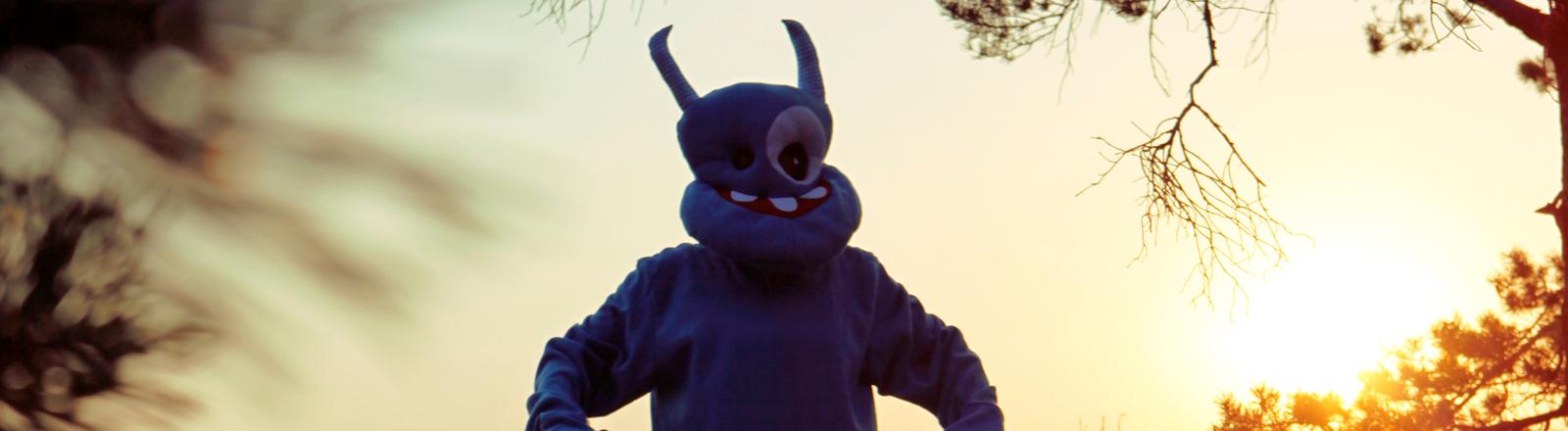 Mensch als Außerirdischer verkleidet im Sonnenuntergang