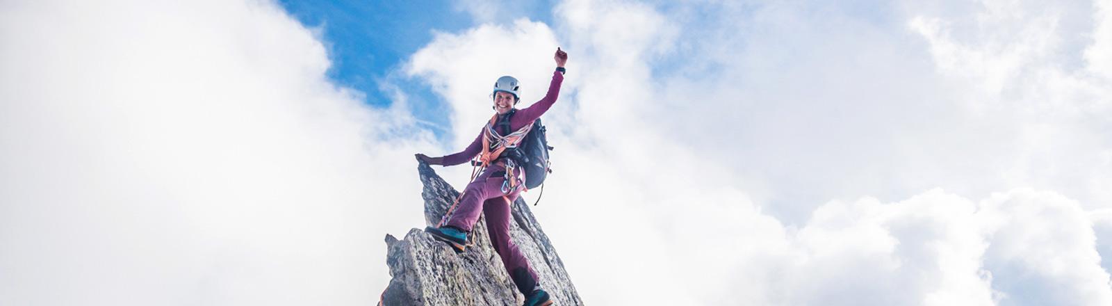 Caroline Fink auf einer Felsspalte/Gipfel