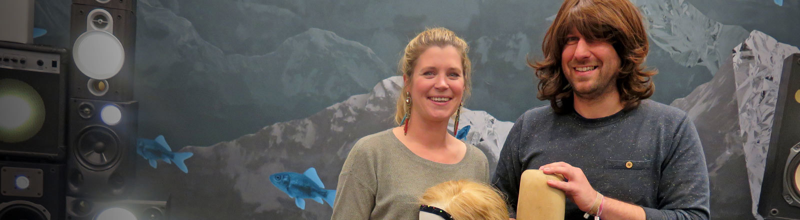 Moderator Sebastian Sonntag mit Perücke zusammen mit Perückenmacherin Tatjana Richartz