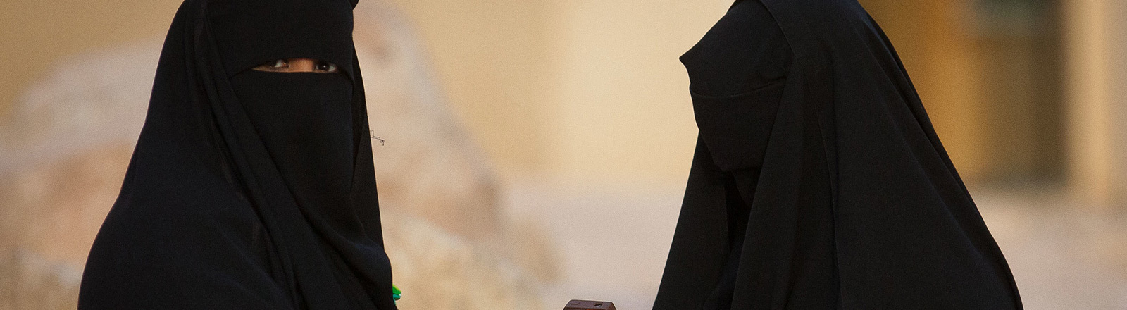 Zwei Frauen in Saudi-Arabien