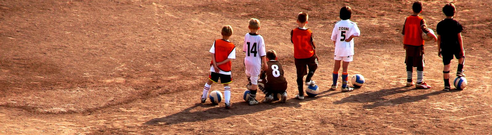 Kinder beim Fußballtrainig auf dem Ascheplatz.