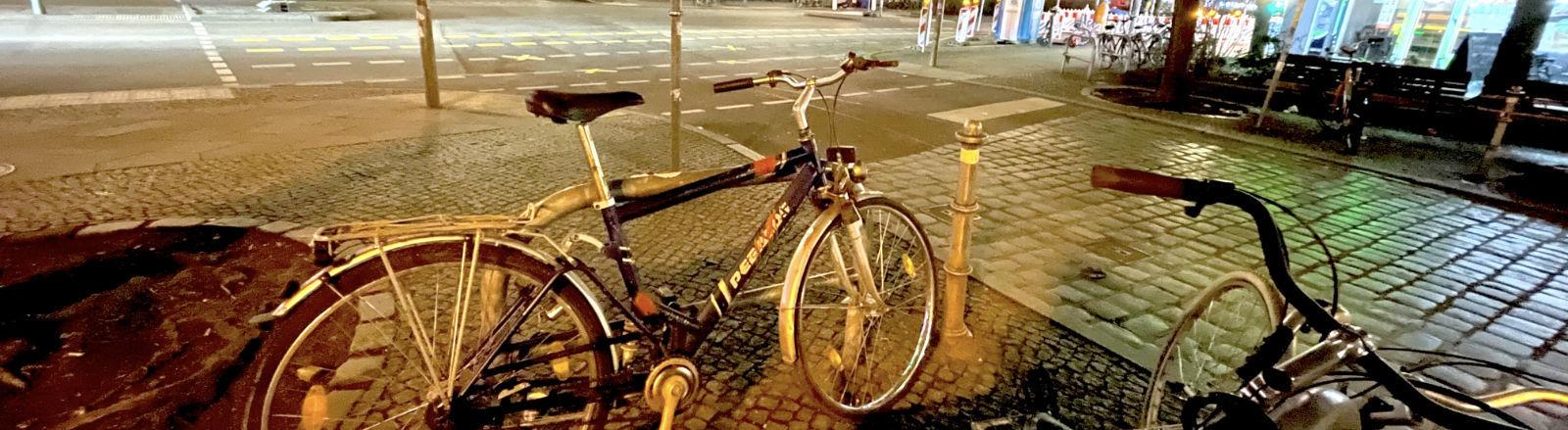 Ein verunstaltetes Rad steht unangeschlossen 40 Stunden lang in Berlin Kreuzberg, ohne dass es gestohlen wird.