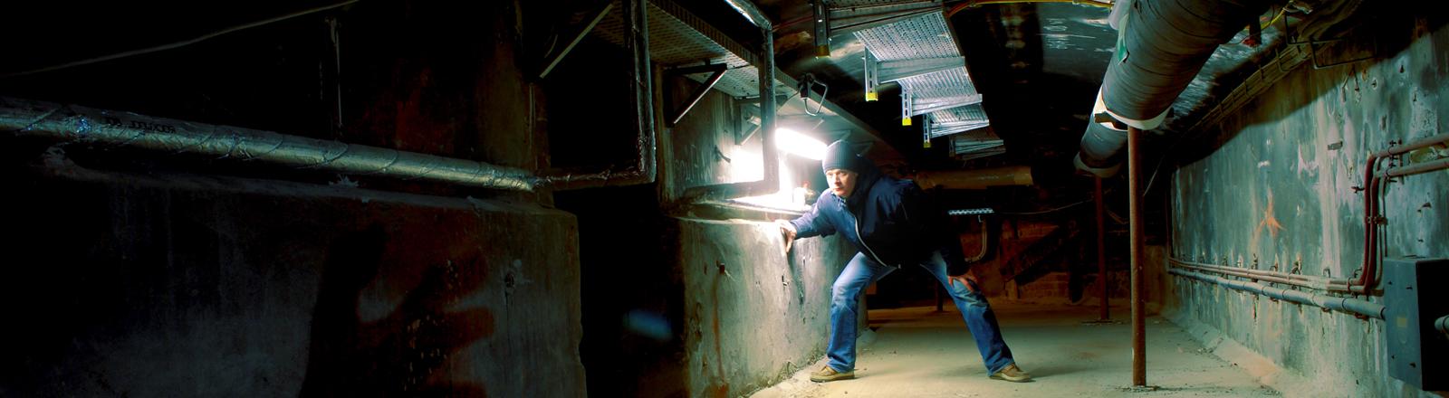 Mann in einem Kellergewölbe