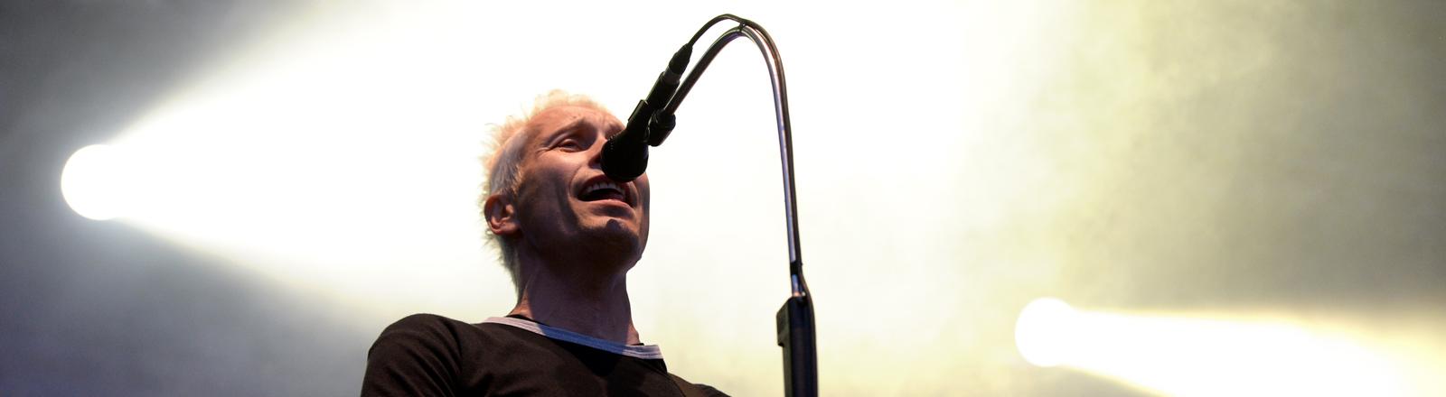 Farin Urlaub, Sänger und Gitarrist der Berliner Punkrock-Band Die Ärzte, steht am 10.08.2013 im Rahmen ihrer Tour auf dem Tempelhofer Feld in Berlin auf der Bühne.