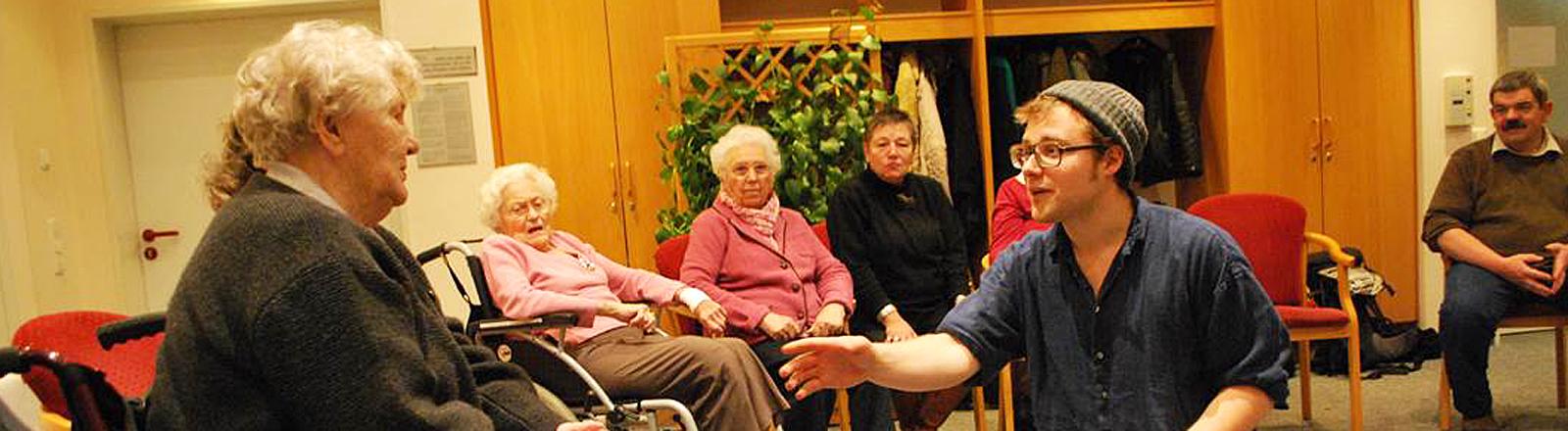 Lars Rüppel  in einem Pflegeheim