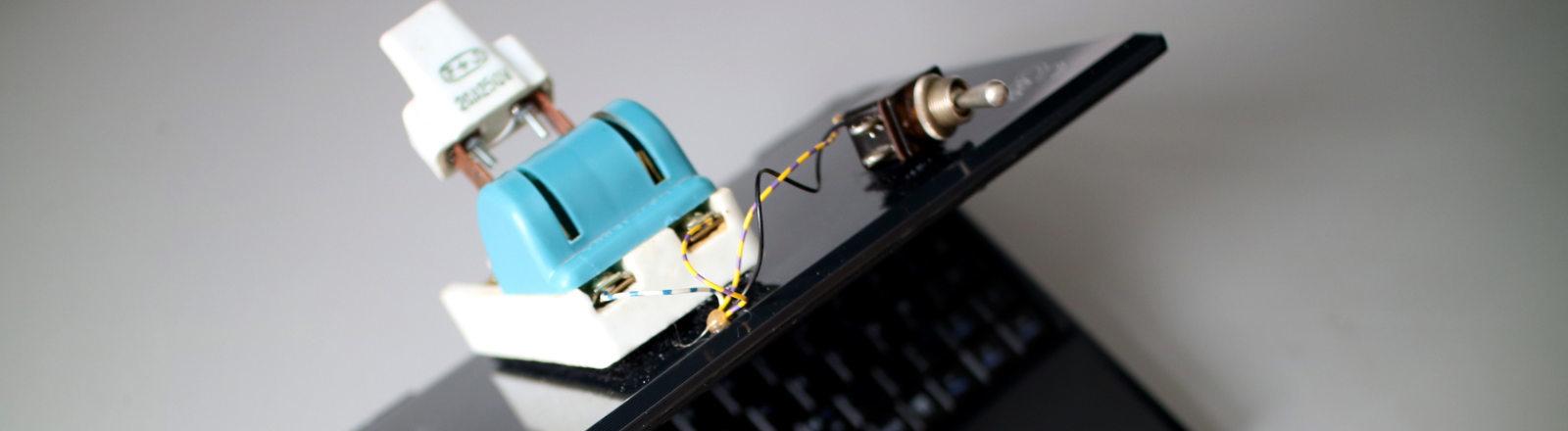 So sind Augen und Ohr des Laptops durch das Betätigen echter Hardware-Schalter deaktivierbar.