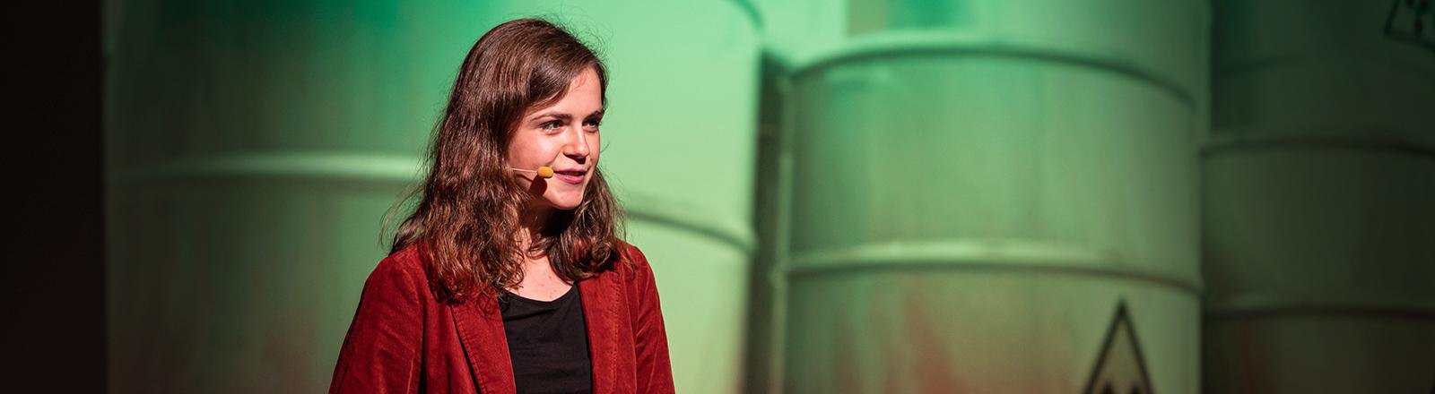 Die Geowissenschaftlerin Thora Schubert bei einem Science Slam