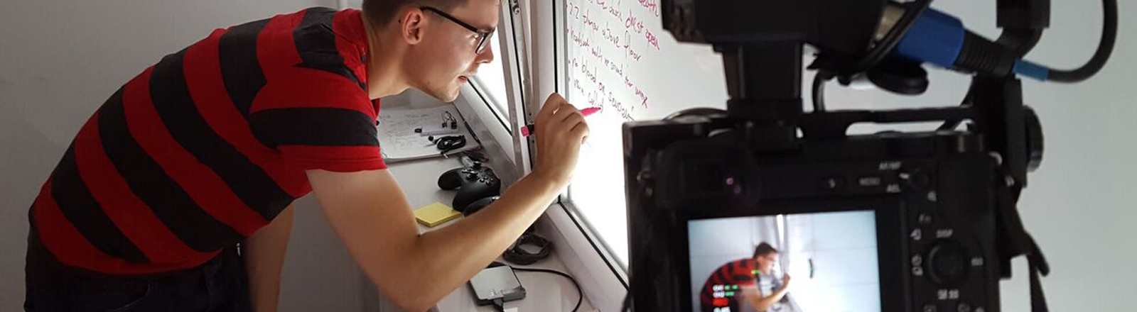 Entwickler Rafal Zaremba schreibt eine to-do-Liste ans Fenster