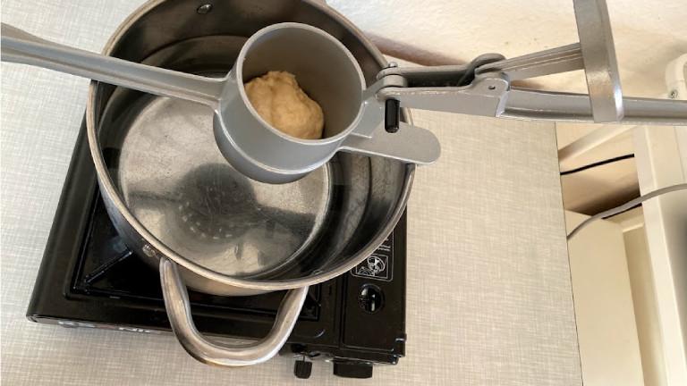 Eine Methode den Teig ins Waser zu bringen: das Pressen
