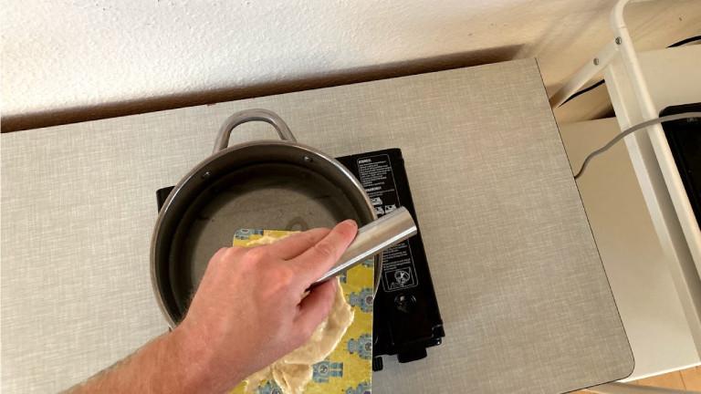 Mit Brett und Schaber: Eine zweite Methode ist, den Teig zu schaben