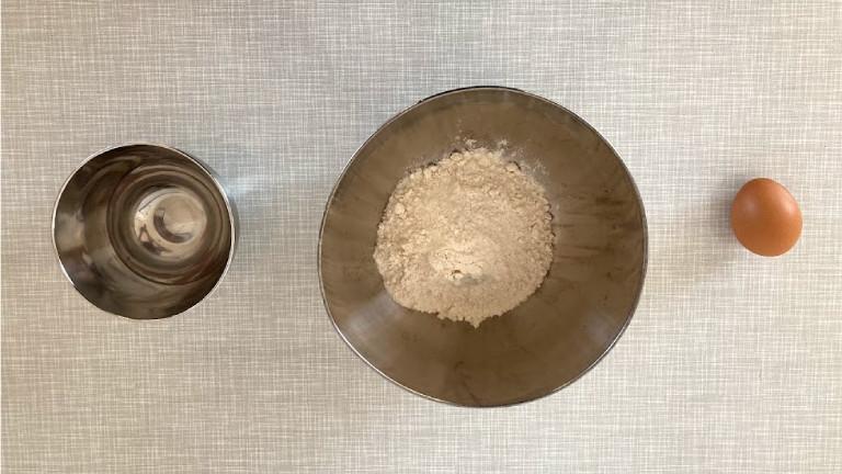 Für den Teig reichen Wasser, Mehl, Ei und ein bisschen Salz