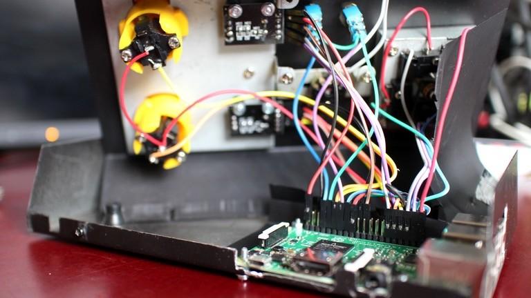 Innen arbeitet ein Raspberry-Pi-3-Minicomputer dessen GPIO-Eingänge mit den Bedienelementen verbunden sind.