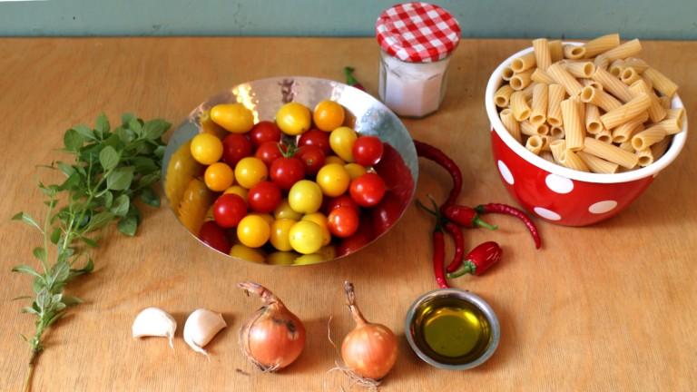 Viele Zutaten braucht es nicht für perfekte Pasta mit Tomatensauce.