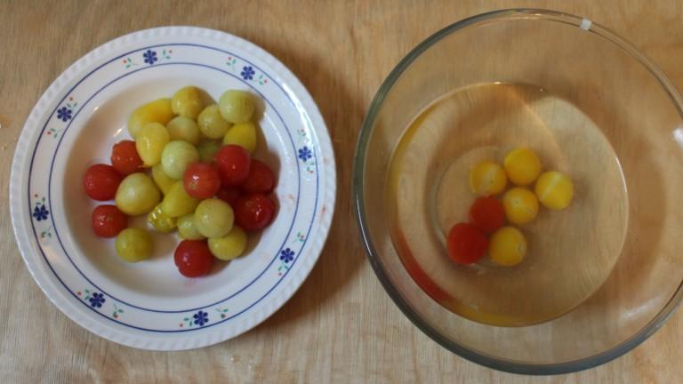 Die Tomaten lassen sich gut in kochendem Wasser häuten.
