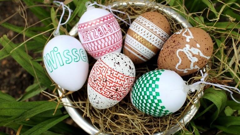 Osternest mit bunten Eiern