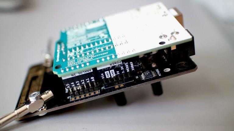 Sind die Lötarbeiten abgeschlossen, muss das Board mit einem Arduino Uno zusammengesteckt und dieser mit der Software bespielt werden.