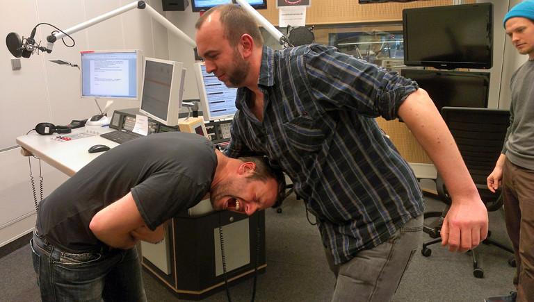 Moderator bekommt vom Wrestler Matthias Mundt einen festen Schlag in den Magen. Autsch.