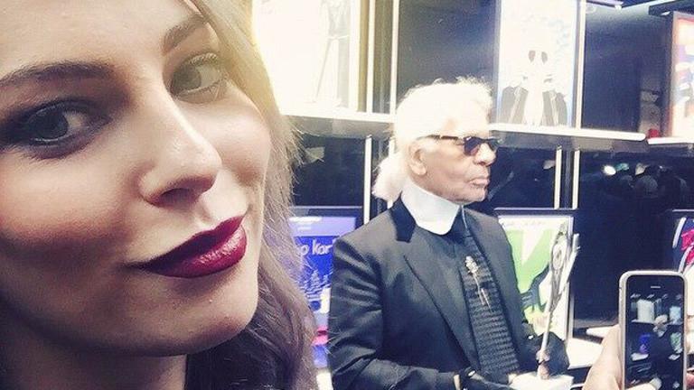 Selfie von Masha Sedgwick mit Karl Lagerfeld im Hintergrund.