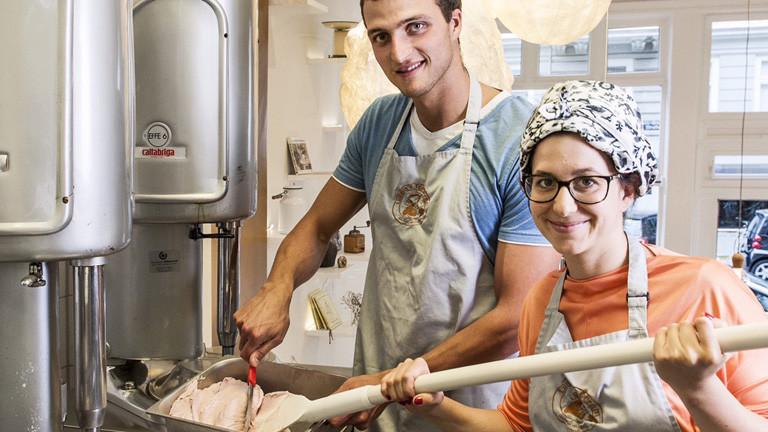 Markus Deibler steht mit der Mit-Inhaberin in seiner Eis-Diele. Die beiden machen gerade Eis.