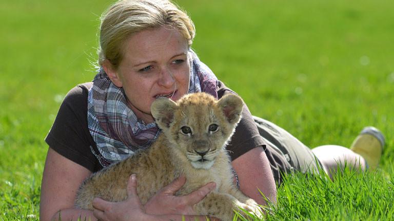 Löwenbaby Malor mit Zoodirektorin Isabelle Wallpott