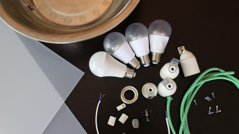 Eine LED-Lampe aus einer Salatschüssel basteln.