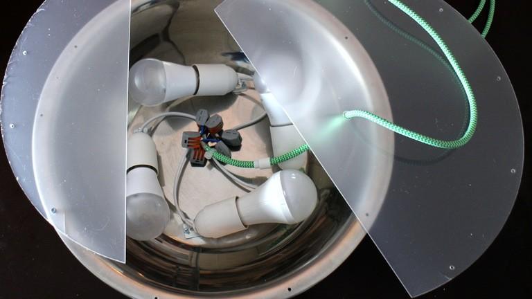 Eine LED-Deckenleuchte aus einer Salatschüssel basteln.