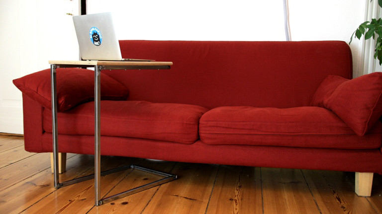 Der fertige Tisch ist perfekt zum Filme gucken - der Laptop-Bildschirm steht damit so nah, dass er größer wirkt als eine Beamer-Leinwand.
