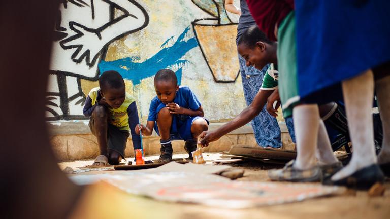 Bei einem der Workshopfs mit Kindern. Tilla hat mit den Kindern Plakate gemalt.