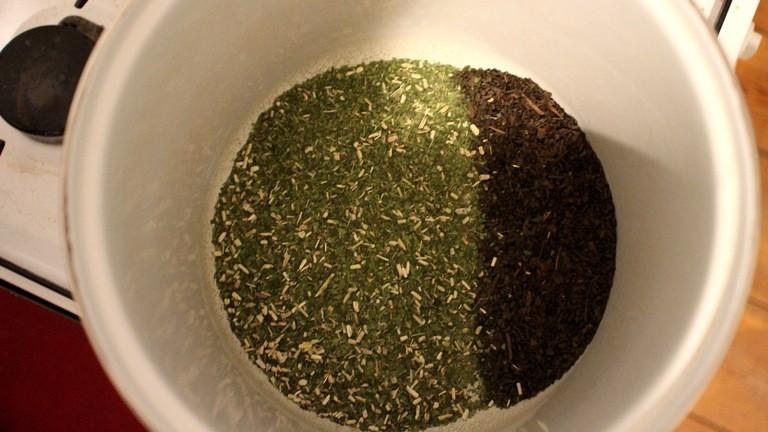 Drei Viertel grünen Yerbatee und ein Viertel gerösteten, das ist die Mischung für die Netzbastel-Brause.