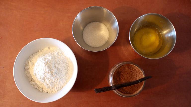 Einfaches Rezept: Mehl, Zucker, erwärmte Butter und etwas Zimt oder Vanille sind die Hauptzutaten für den Plätzchenteig, dazu einen Schluck Milch und eine Prise Salz. Vermischen, Rühren, fertig!