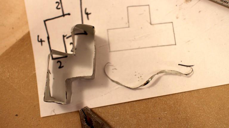 Die Tetris-Keksformen haben 2cm Länge, die durch Anzeichnen an dem Blechstreifen mehr oder weniger präzise gebogen werden können.