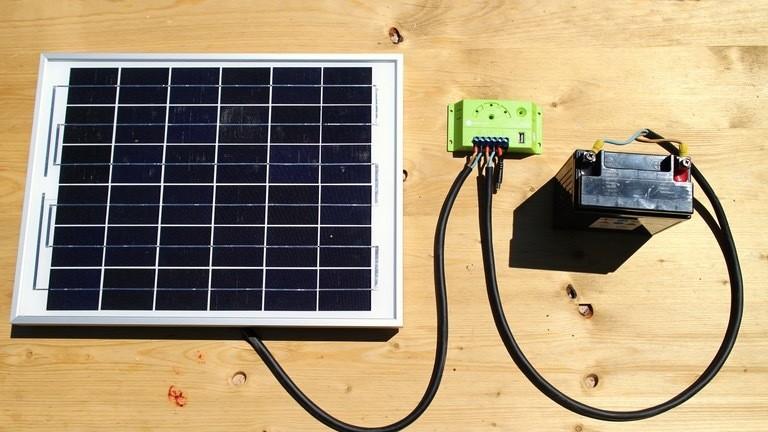 Solarzelle, Laderegler und Autobatterie.