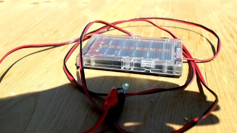 Dieses kleinere Experimentier-Modul kommt ohne Laderegler aus - die gewonnenen Energie genügt immerhin für eine grüne Leuchtdiode.