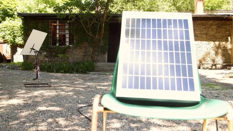 Die große Solarzelle stellt Moritz vor seiner Werkstatt auf.