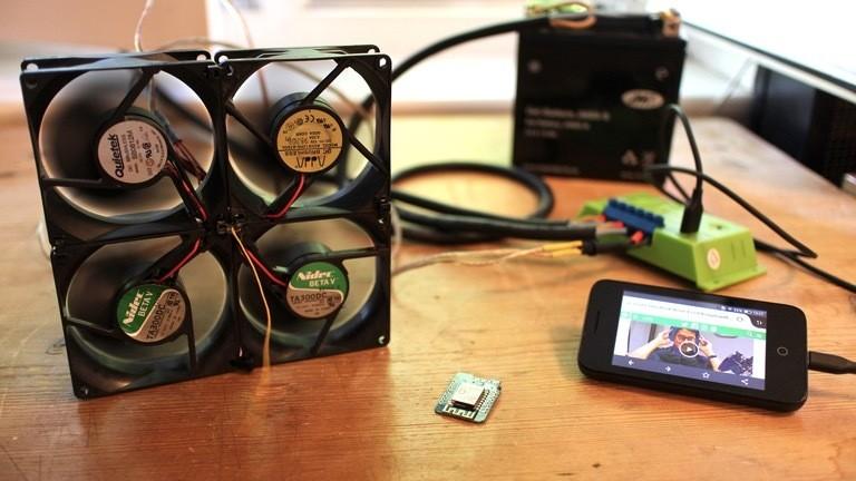 Innen betreibt sie einen DIY-Ventilator aus alten PC-Lüftern - und lädt dank USB-Schnittstelle das Handy.