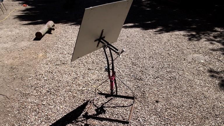 Die Solaranlage soll beim nächsten Netzbasteln einen Heliostat antreiben - das Gestell für diesen automatischen Sonnenspiegel hat Moritz schon geschweißt.