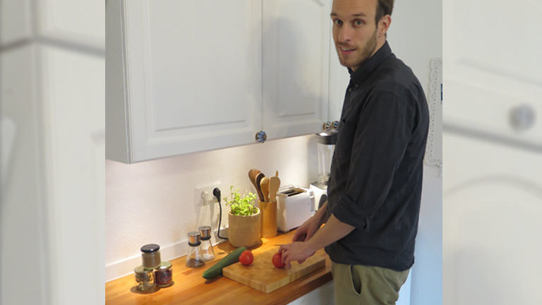 Tobias Hoffahrt bei der Essenszubereitung in seiner Küche in Essen.