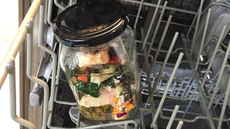 Tofu und Gemüse aus der Spülmaschine