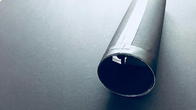 Die Objektiv-Linse wird in die erste Röhre geklebt und mit Klebeband fixiert.