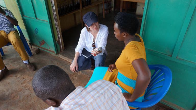 Die Journalistin Susanne Götze recherchiert in Uganda und befragt Bauern und Bäuerinnen zum Klimawandel.