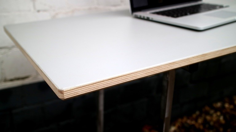 Ein Tisch mit aufgeleimter Linoleumplatte.